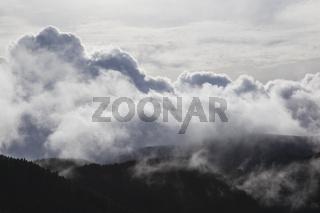 Dramatische Wolkenformation in den Bergen - Textur / Hintergrund / Motiv