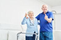 Senioren Paar hält glücklich die Daumen hoch