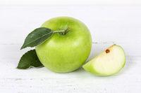 Apfel grün Obst Frucht Früchte auf Holzplatte