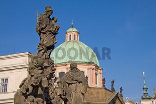 Statuen an der Kirche