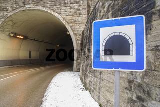 Verkehrsschild vor einem Tunnel, Schwaebisch Hall