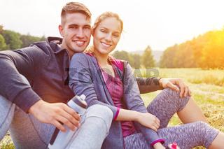 Junges Paar macht Pause beim Wandern