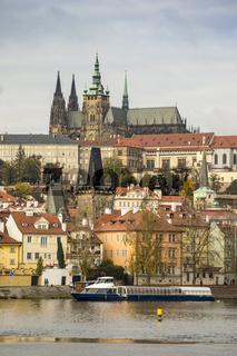 Prager Burg mit der Moldau im Vordergrund