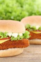 Fischburger Fisch Burger Backfisch Hamburger Closeup Nahaufnahme Käse Tomaten Salat