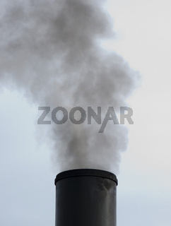 Rauchender Schornstein einer historischen Dampflok