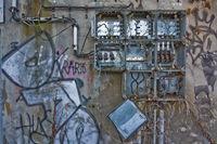 Zerstörter Sicherungskasten mit Graffitis