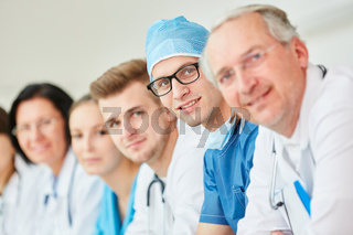 Junger Facharzt und Chirurg mit seinem Team