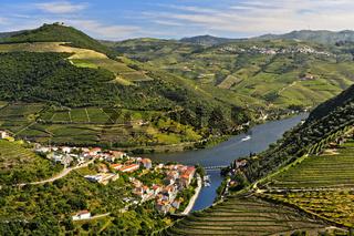 Der Ort Pinhao umgeben von Weinberg-Terrassen im Tal des Rio Douro,Weinbaugebiet Alto Douro,Portugal