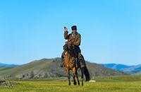 Reiter grüsst in der Steppe