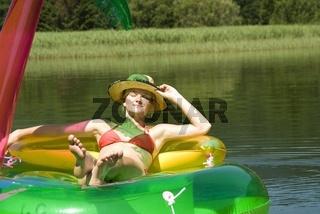 Frau nimmt ein Sonnenbad auf einer kunststoff Insel