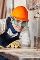 Schreiner sägt Holz an Bandsäge