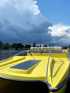 Solarboot am Flussufer