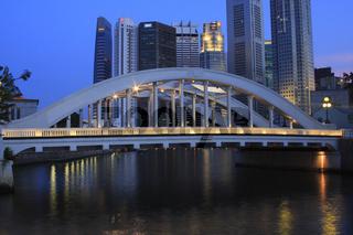 Blick über die Elgin-bridge auf das Finanzzentrum