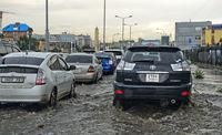 Autos fahren auf überfluteten Strassen nach einem Gewitter