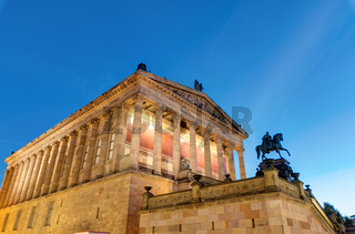 Die Alte Nationalgalerie in Berlin bei Nacht