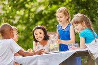 Kinder feiern fröhlich Party im Garten