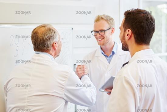 Ärzte im Team gratulieren sich