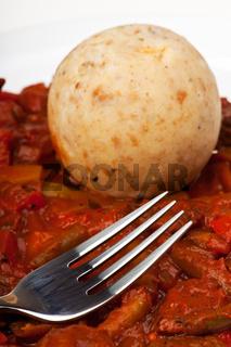 Ungarisches Gulasch und Semmelknödel mit einer Gabel