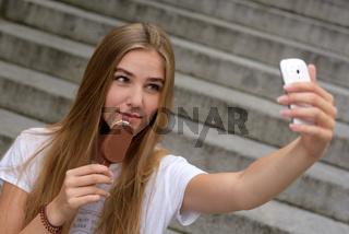 Junge Frau mit Smartphone