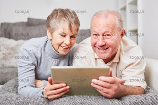 Senioren Paar lernt Umgang mit Tablet PC
