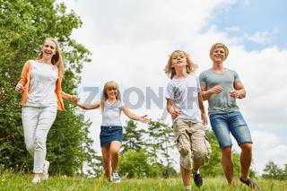 Aktive Familie und Kinder laufen fröhlich