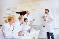 Ärzte im Seminar hören ein Referat