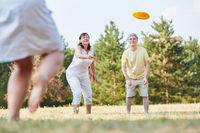 Gruppe Senioren spielt Frisbee