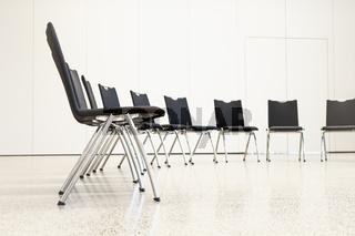 Stühle in einer Reihe in einem Seminarraum. Stuhlkreis