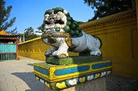 Löwenfigur als Wächter am Eingang zum Gandan-Kloster