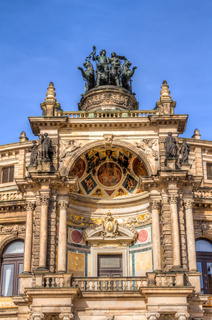 Detailansicht der Semperoper in Dresden - Hauptportal mit Verzierung