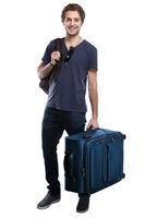 Junger Mann mit Koffer Reise reisen verreisen Urlaub jung lachen Freisteller