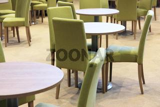 Tische & grüne Stühle