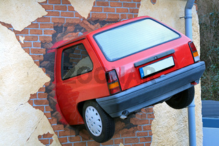 auto steckt in einer hauswand