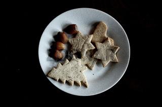 Weihnachtskekse auf Teller