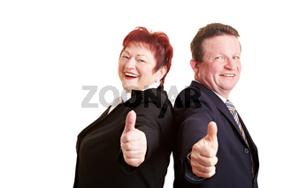 Ältere Geschäftsleute halten Daumen hoch