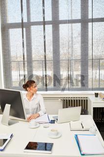 Junge Geschäftsfrau an ihrem Arbeitsplatz