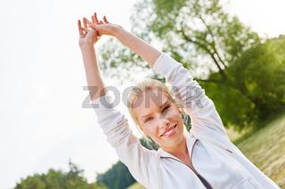 Junge Frau bei einer Wellness Übung