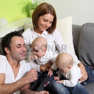 lachende Familie mit zwei Babys - smiling, happy family with two babies - twins