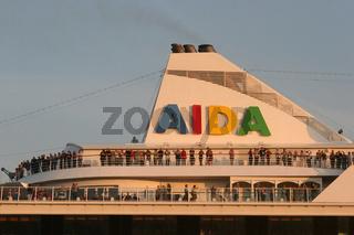 Passagiere der  AIDAvita verabschieden sich von Hamburg