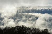 Vorbeiziehende Wolken und Nebel über dem Arve-Tal in den Savoyer Voralpen bei Bonneville