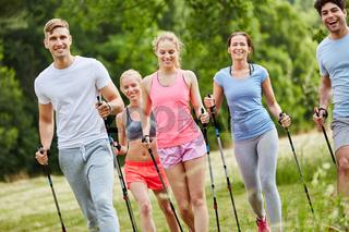 Freunde beim Nordic Walking