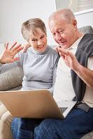 Älteres Paar mit Laptop beim Video Chat