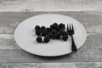 Brombeeren auf Teller und verwittertem Holz - Blackberries on plate and weathered wood
