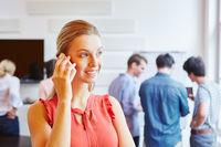 Geschäftsfrau telefoniert mit Smartphone