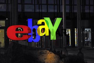 naechtlich beleuchtetes ebay Logo am Haupteingang der Deutschlandzentrale in Kleinmachnow bei Berlin