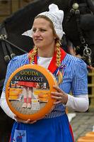 Holländisches Käsemädchen mit einem Gouda Käselaib