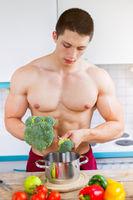 Junger Mann kochen Essen Gemüse Mittagessen in der Küche gesunde Ernährung