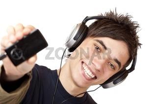 Glücklicher Jugendlicher mit Kopfhörer zeigt MP3 Musik Player