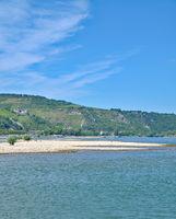D--RP--Bacharach am Rhein bei Niedrigwasser.jpg