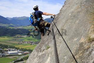 Kletterer an der Felsmauer